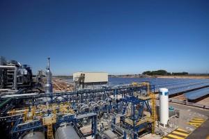 La instalación combina tecnología solar y biomasa