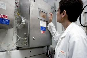 Una investigadora de ainia en la planta piloto de producción de biogás y biohidrógeno a partir de residuos agroalimentarios