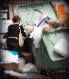 La nueva Ordenanza municipal de Limpieza de Sevilla prevé sanciones para aquellas personas que hurguen en los contenedores de residuos