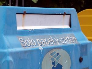 Contenedor azul para el reciclaje de papel y cartón
