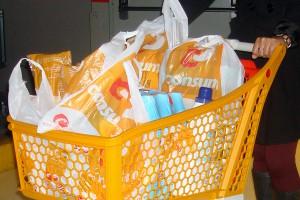 Acuerdo entre la ARC y el sector comercial catalán para cobrar por las bolsas de plástico de un solo uso