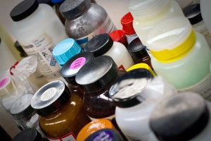 El documento analiza la relación entre la economía circular y la ley sobre sustancias químicas REACH