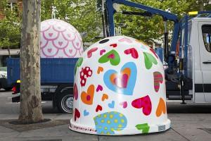 Agatha Ruiz de la Prada decora contenedores de reciclaje de vidrio durante la Semana de la Moda de Madrid