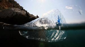 Los residuos plásticos del mar se podrían aprovechar para fabricar ropa y complementos