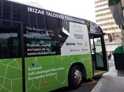 Autobús eléctrico rotulado con la Conferencia de Sostenibilidad