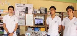 Estudiantes con el prototipo de separación de residuos