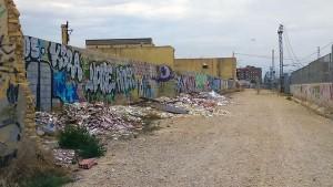Denuncian la presencia de escombreras con miles de toneladas de RCD en los accesos al AVE y el Euromed de Valencia