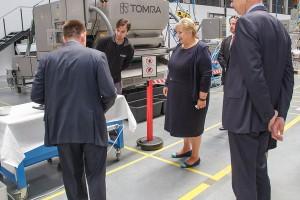 TOMRA Sorting Solutions muestra su planta de Eslovaquia a la primera ministra Noruega