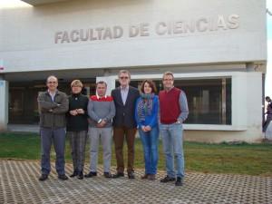 Miembros del Grupo de Química Analítica y Electroquímica de Materiales frente a la Facultad de Ciencias de la UVa.