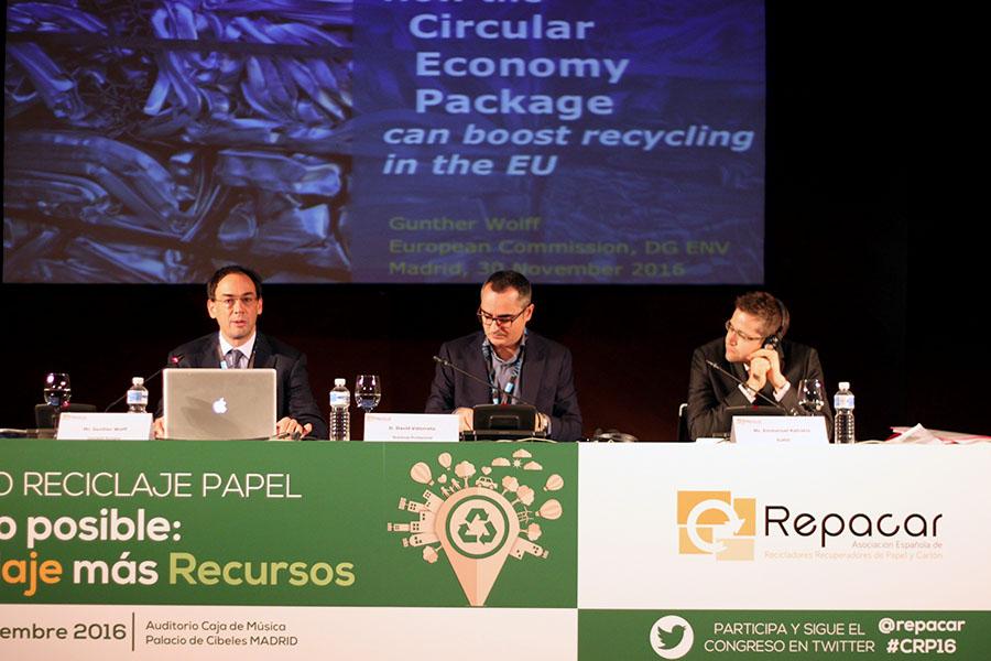 De izquierda a derecha, Gunter Wolff (Comisión Europea). David Vidorreta (RESIDUOS PROFESIONAL) y Emmanuel Katrakis (EuRIC)