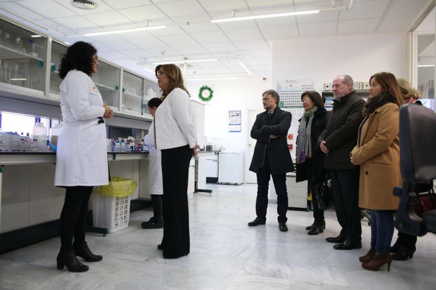 La presidenta de la Junta de Andalucía atiende a la información sobre los detalles más innovadores de la planta.