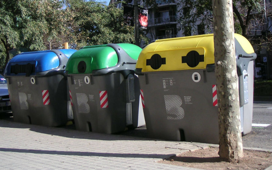 Contenedores para recogida separada de residuos en Barcelona.