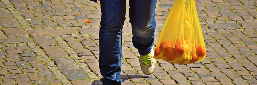 La CNMC propone crear un impuesto a las bolsas de plástico en lugar de fijar un precio por ellas