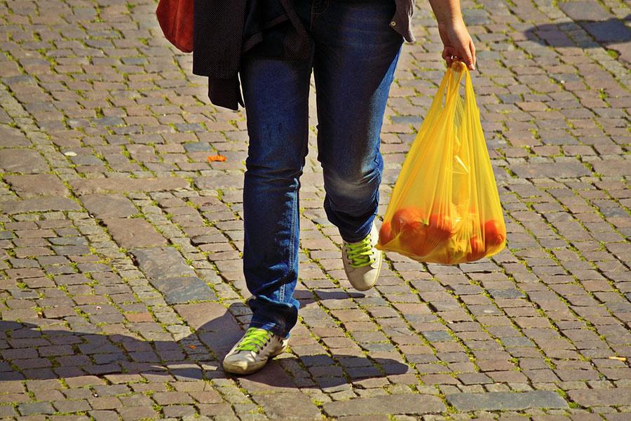 La CNMC propone gravar las bolsas con un impuesto