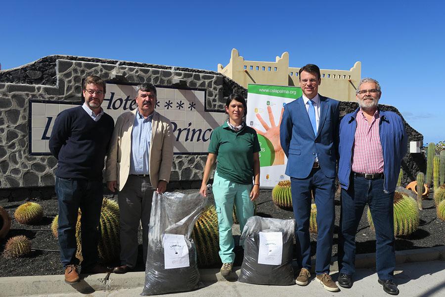 Entrega del primer compost obtenido a partir de la separación de residuos en el Hotel La Palma & Teneguía Princess