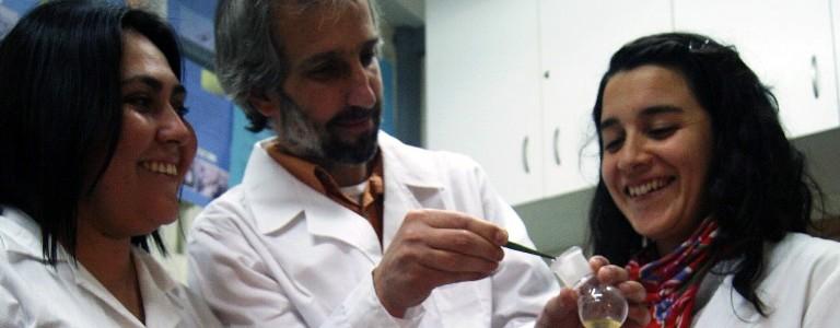 Dos investigadoras chilenas trabajan en la producción de bioplástico a partir de bacterias