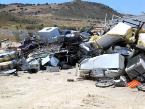 residuos electrónicos en un vertedero ilegal