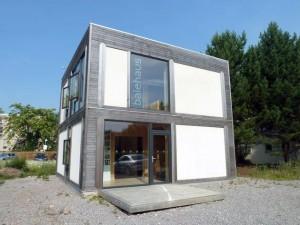 BaleHaus es un edificio prefabricado de dos plantas construido con balas de paja y revestimientos de cáñamo en el campus de la Universidad de Bath