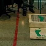 Investigadores chilenos desarrollan una baldosa que convierte la energía cinética de las pisadas en electricidad