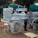 México: estudiantes de Diseño Industrial ganan un concurso de esculturas con botellas recicladas