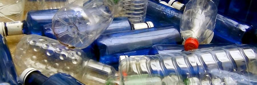Botellas de plástico recicladas para fabricar papel fotodegradable