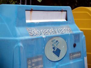 Contenedor de reciclaje de papel y cartón