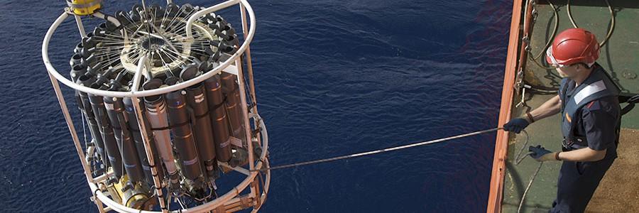 El océano profundo alberga sustancias fluorescentes que almacenan carbono de origen humano