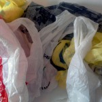 El cobro por las bolsas de plástico en los supermercados ingleses provoca una drástica caída en su consumo