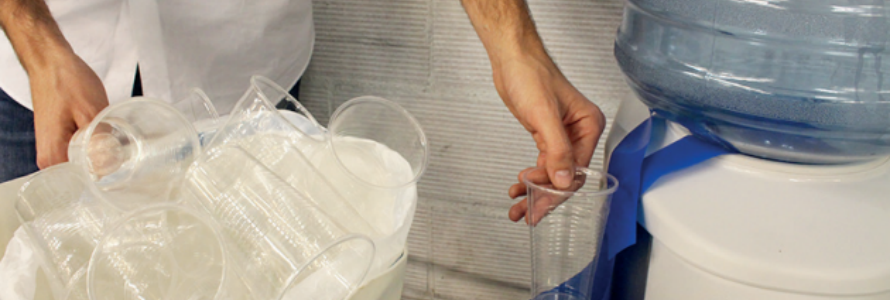 EcoTira: bolsa de basura para reciclar vasos en máquinas dispensadoras