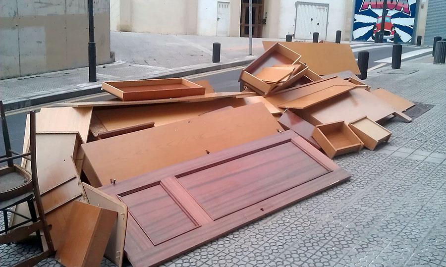 Los sevillanos apenas recurren a la recogida municipal de for Recogida muebles cadiz