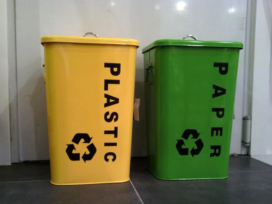 Los espa oles disponen de media de 3 cubos de reciclaje en for Cubos de reciclaje