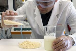 obtienen el primer bioplástico a partir de suero de leche