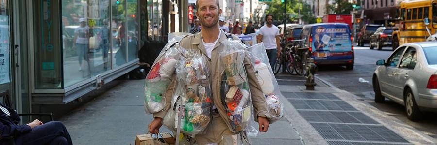 Activismo de guerrilla: se hace un traje con la basura que genera en un mes