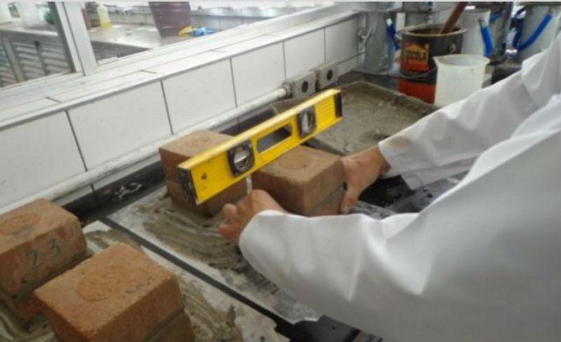 Proceso de medición y montaje de los ladrillos con el material reciclado