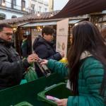 Miles de ciudadanos reciben un roscón de reyes al reciclar el vidrio de las navidades
