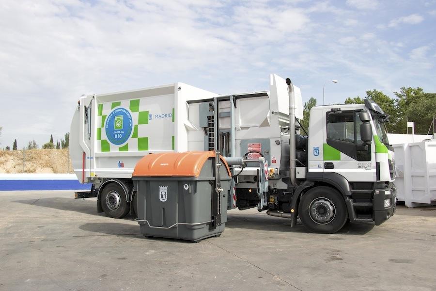 Madrid instala contenedors de carga lateral