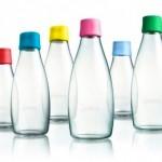 Una botella de vidrio reutilizable para beber agua del grifo