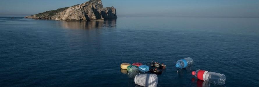 Gigantescos objetos de plástico en aguas de Baleares contra la contaminación del Mediterráneo