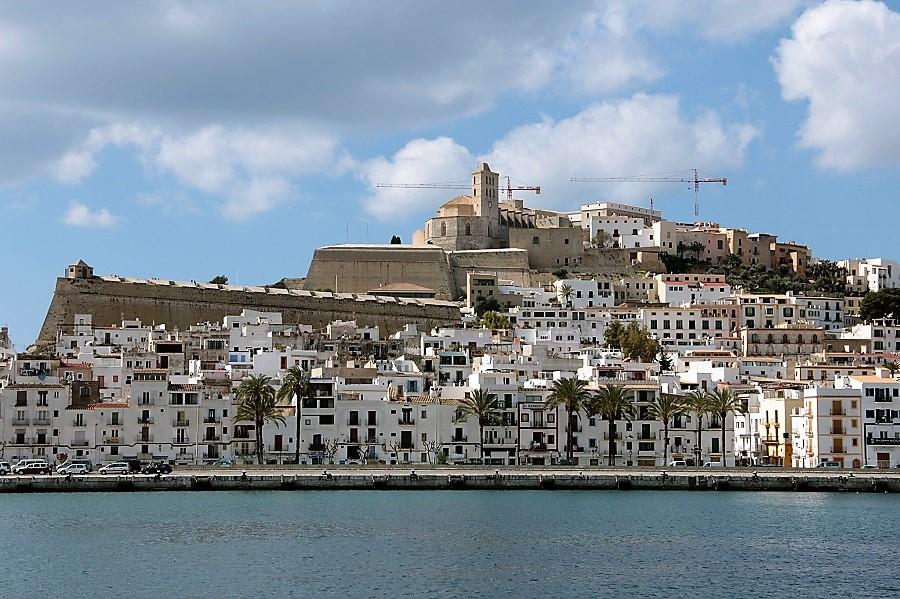 La policía local de Ibiza denuncia a 21 comercios por la gestión irregular de residuos