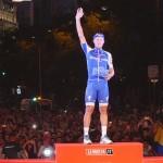 Matteo Trentin celebra la victoria de la última etapa de La Vuelta con un trofeo de vidrio reciclado por los madrileños