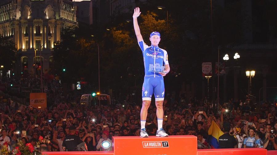 Matteo Trenti, ganador de la última etapa de la Vuelta, recibió un trofeo de vidrio reciclado