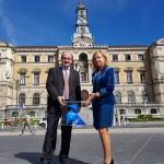 La Pajarita Azul llega a Bilbao para reconocer su labor en la recogida de papel y cartón
