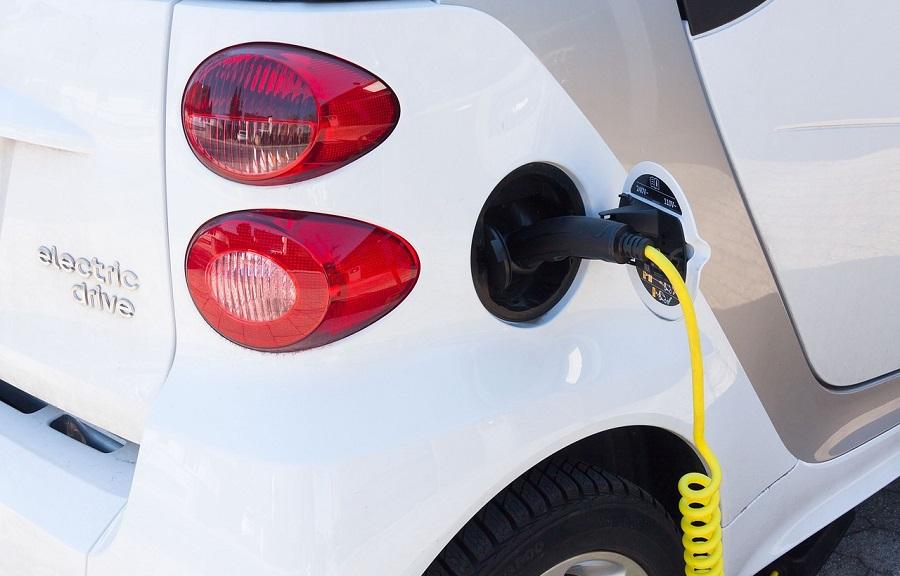Vehículo eléctrico cargando las baterías