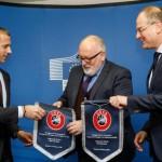 La UEFA y la Comisión Europea firman un acuerdo para llevar el reciclaje a los campos de fútbol