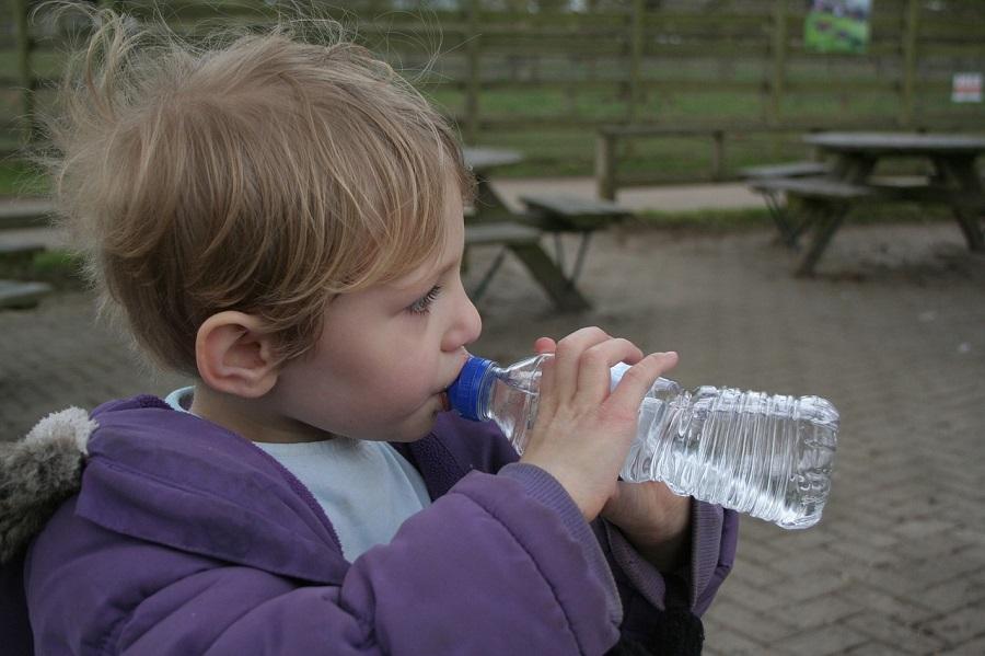 Malestar entre los productores de agua envasada por la prohibición de la futura ley de residuos de Navarra
