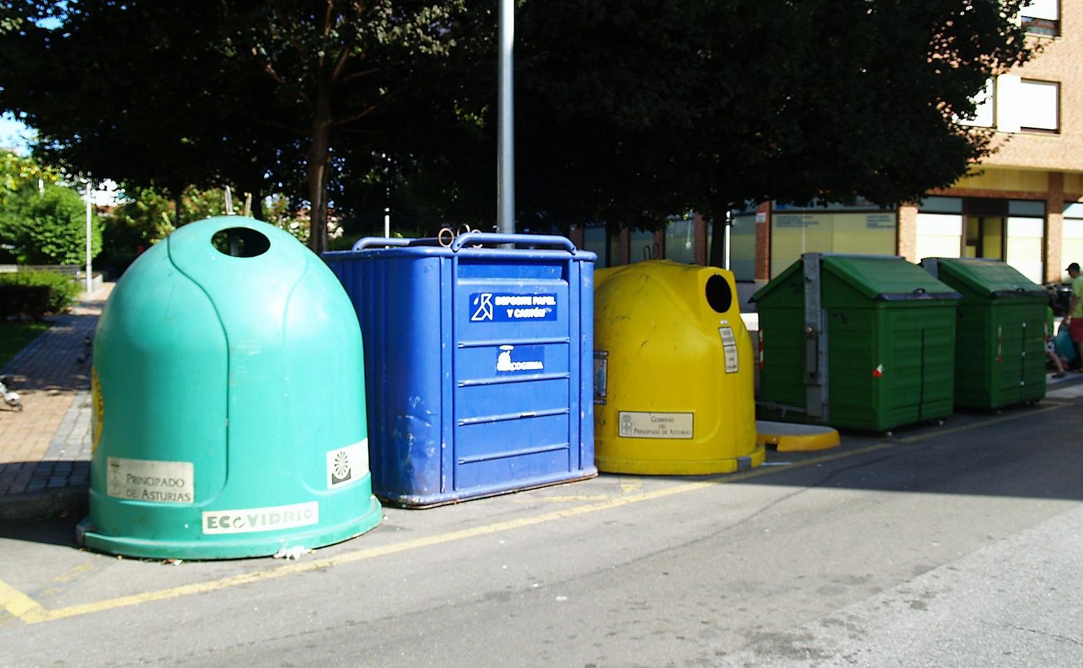 Contenedores de residuos en Gijón (Asturias)