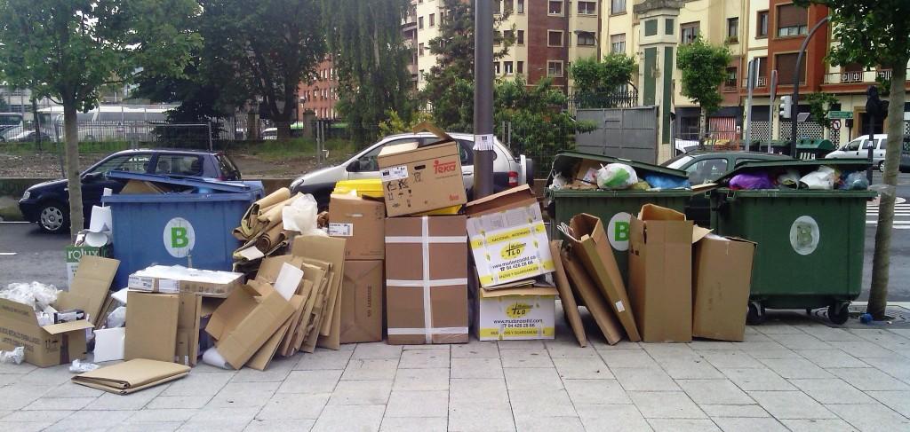 Residuos junto a contenedores de recogida