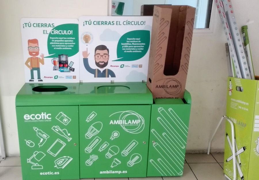 Copntenedores de residuos electrónicos en un supermercado de Auchan