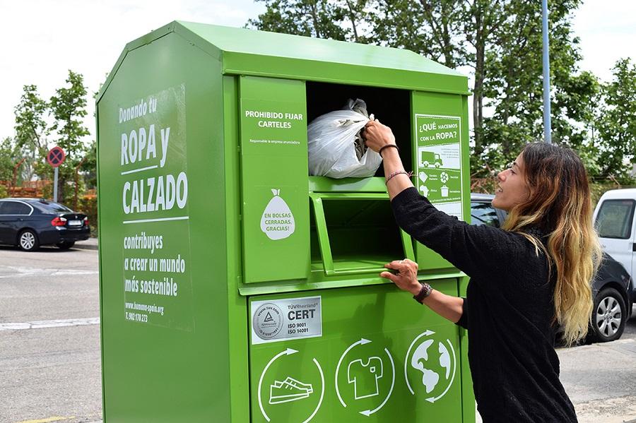 Donación de ropa en un contenedor de Humana