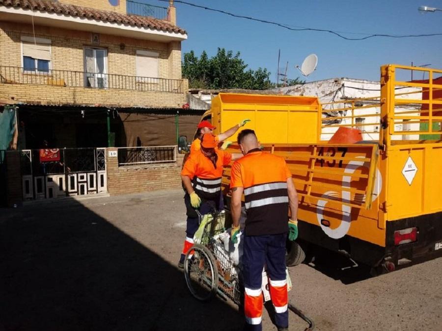Recogida de material de puntos de acopio de chatarra ilegales en Sevilla